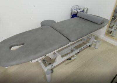 sala con camilla de la clinica de fisioterapia en Madrid